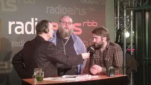 Gunnar Jónsson och Dagur Kári intervjuas för tysk radio inför livepublik på en biografbar några minuter före midnatt
