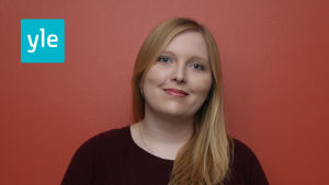 Är reporter och arbetar för Svenska Yle