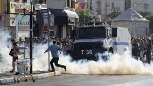 Polisen attackerar prideparaden i Istanbul med tårgas 28.6.2015.
