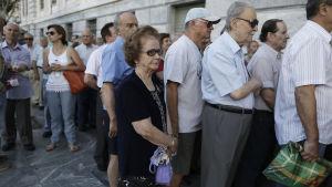 Köerna ringlade sig långa när bankerna öppnade igen.