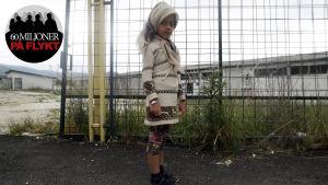 En syrisk flicka väntar på sina föräldrar i Presevo, Serbien vid den makedoniska gränsen.