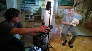 Oliver Kochta-Kalleinen är kameraman i konstprojektet 101 för alla.