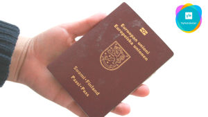 En hand som håller i ett pass.