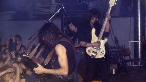 """Brittiläinen heavy metal -yhtye Motörhead esiintyy Lepakossa vuonna 1984. Keskellä kitaristi Phil Campbell (Phil """"Wizzö"""" Campbell) ja oikealla Lemmy Kilmister."""