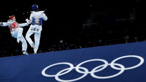 Suvi Mikkonen går en match i OS i London.