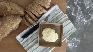 Nybakat surdegsvetebröd med färskt smör.