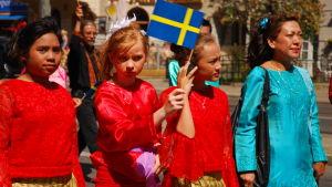 Ihmisiä kulkueessa Ruotsin kansallispäivänä