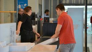 Säkerhetskontroll på Åbo flygplats.