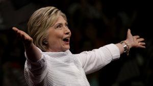 Hillary Clinton inför supportrar under primärvalet 2016