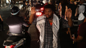 Demonstrant håller upp händerna under fredlig demonstration i New York