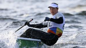 Evi van Acker styr sin båt i OS i Rio de Janeiro.
