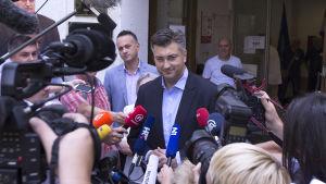 HDZ:s ledare Andrej Plenković utanför en vallokal i Zagreb på söndagen 11.9.2016
