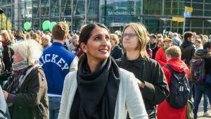 Nasima Razmyar deltar i Peli poikki-demonstrationen.