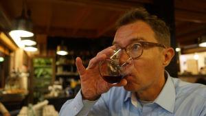 Marko Pasanen juo viiniä.