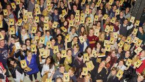 Harry Potter fanit Harry Potter and the Cursed Child -kirjat ylös nostettuina