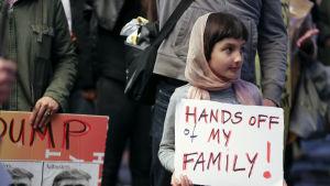 Rosalie Gurna, 9 år, protesterade mot Donald  Trumps presidentdekret på flygplatsen i Los  Angeles.
