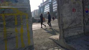 Två bitar av den gamla Berlinmuren.