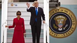President Donald Trump och hans hustru Melania landade i Paris på torsdag morgon.