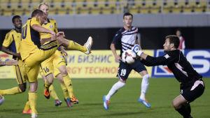 Teemu Tainio försöker göra mål mot FK Rabotnicki i Champions Leaguekvalet 2014