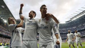 Luka Modric, Sergio Ramos och Cristiano Ronaldo firar ledningsmålet.