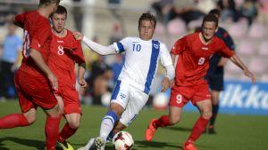 Robin Lod kämpar om bollen mot Moldova.