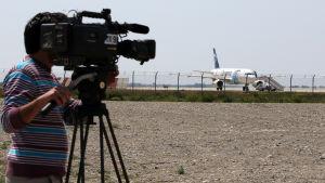En kameraman filmar det kapade Egyptairs plan som kapades 29.3.2016