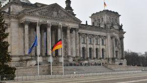 Flaggor på halvstång utanför riksdagen i Berlin.