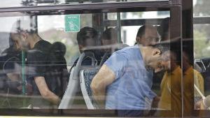 Gripna män i en polisbuss i Istanbul 20.7.2016