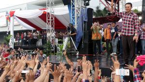 """Jakartas guvernör Basuki """"Ahok"""" Tjahaja Purnama hälsar på sina anhängare under ett valmöte på lördagen, den sista kampanjdagen inför valet"""