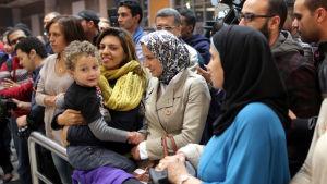 Lättade anhöriga på flygplatsen i Kairo väntade på passagerarna från det kapade planet på tisdag kväll.
