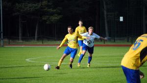 FC HIK:s Paulo Pinduca Pimentel med bollen.