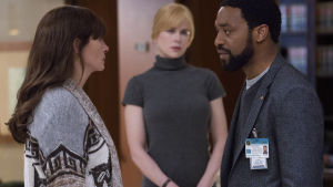 Julia Roberts, Nicole Kidman och Chiwetel Ejiofor betraktar varandra.