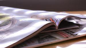 Tidskrifter på bordet.