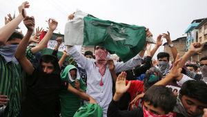 Muslimer protesterar i Kashmir den 21.08.2015.