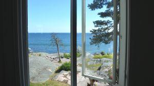 Utsikt mot havet från fönster på Tellina i Hangö.