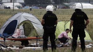 Grekisk polis har börjat tömma flyktinglägret Idomeni vid Makedoniens gräns.