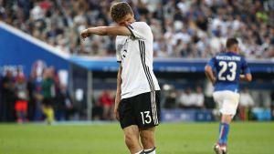 Thomas Müller reagerar efter att ha missat ett läge mot Italien.