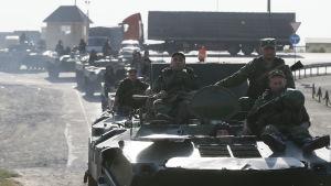 Ryska pansarfordon nära den ukrainska gränsen.