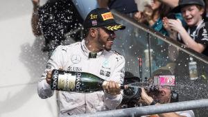 Lewis Hamilton sprutar champagne på podiet den 23 augusti 2016.