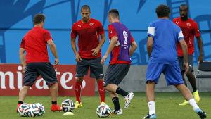 Schweiz fotbollslandslag tränar inför Ecuadormatchen vid fotbolls-VM 2014