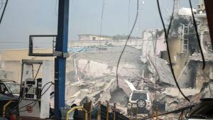 En förstörd och sönderbombad byggnad som tillhör hotellet Nasa Hablod sett från en bensinmack i Mogadishu.
