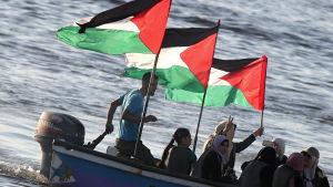 Gazabor ute i båtar för att visa sitt stöd för Women´s boat to Gaza som den israeliska armén bordade 5.10.16