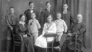 Familjen Gardberg hos fotografen ca 1917. De tre äldsta sönerna (som står bakom) drog ut i krig på vita sidan 1918.