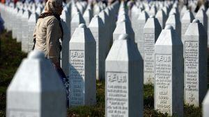 Kvinna på minnesplasten Potocari nära Srebrenica
