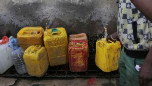 Vatten doneras till behövande i Jemen