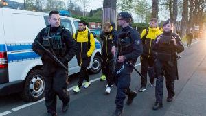 Dortmunds spelare förs bort av polisen efter attentatet.