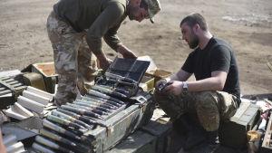 Soldater reparerar pansarvagn på sin bas nära dOnetsk