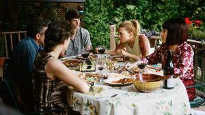 Hela familjen samlad runt middagsbordet.
