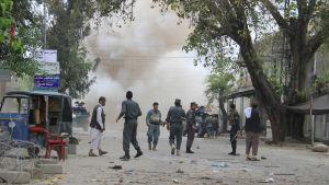 Ett trettiotal människor dödades i en självmordsattack i staden Jalalabad i Afghanistan den 18 april 2015.