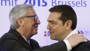 EU-komissionens ordförande Jean-Claude Juncker hälsar på Greklands premiärminister Alexis Tsipras.